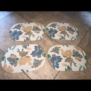 4 placemat. Good condition.
